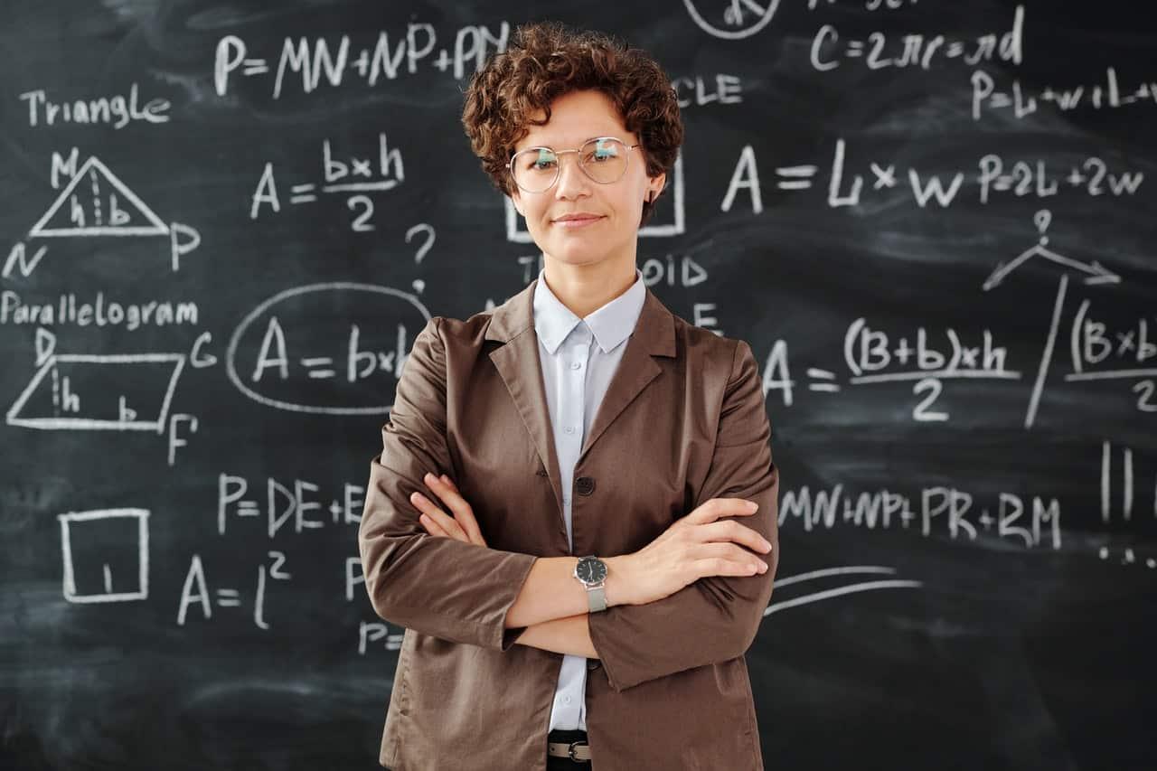 mokytoja prie lentos